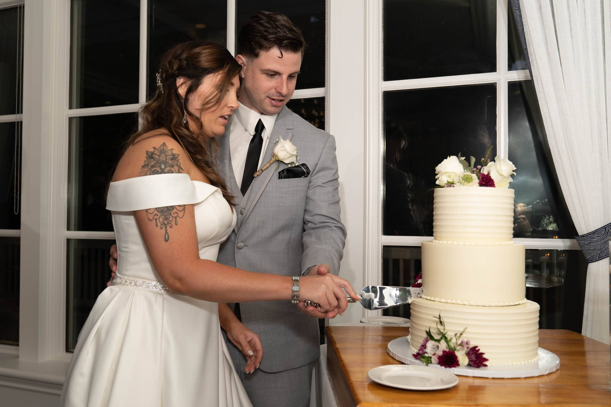 Bride and Groom cutting the cake Dataw Island Club House by Susan DeLoach Photography SC wedding photographers